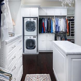Foto de armario vestidor unisex, actual, grande, con puertas de armario blancas, suelo de madera oscura y armarios con paneles con relieve