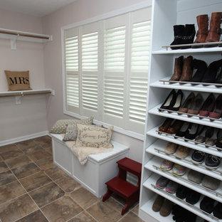 Mittelgroßer, Neutraler Shabby-Look Begehbarer Kleiderschrank mit profilierten Schrankfronten, weißen Schränken, Schieferboden und braunem Boden in Indianapolis