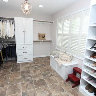 Mittelgroßer, Neutraler Shabby-Chic-Style Begehbarer Kleiderschrank mit profilierten Schrankfronten, weißen Schränken, Schieferboden und buntem Boden in Indianapolis