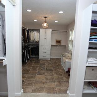 Diseño de armario vestidor unisex, romántico, de tamaño medio, con armarios con paneles con relieve, puertas de armario blancas, suelo de pizarra y suelo marrón