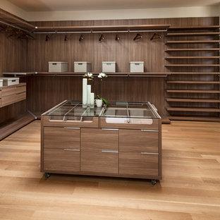 Esempio di un ampio spazio per vestirsi unisex design con nessun'anta, ante in legno bruno, parquet chiaro e pavimento marrone