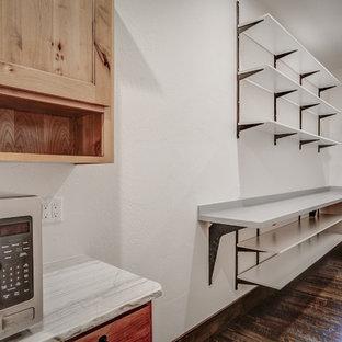 Diseño de armario vestidor rural, de tamaño medio, con suelo de madera oscura