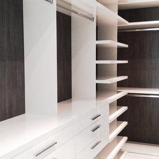 Diseño de armario y vestidor moderno pequeño