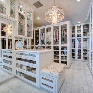 Источник вдохновения для домашнего уюта: парадная гардеробная унисекс в классическом стиле с стеклянными фасадами и белыми фасадами