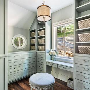 Imagen de vestidor unisex, campestre, grande, con armarios estilo shaker, puertas de armario verdes y suelo de madera oscura