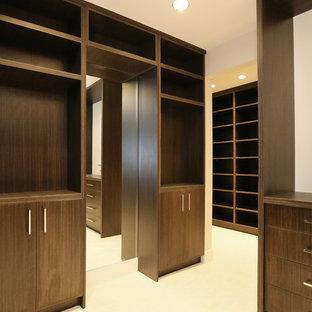 Modelo de armario vestidor de hombre, de estilo zen, extra grande, con armarios abiertos, puertas de armario de madera en tonos medios y moqueta
