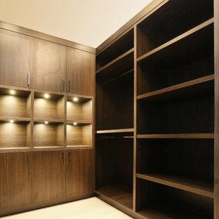 Idées déco pour un très grand dressing asiatique pour un homme avec un placard sans porte, des portes de placard en bois sombre et moquette.