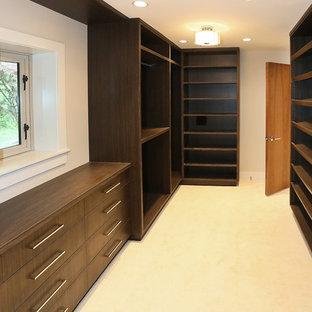 Ejemplo de armario vestidor de hombre, de estilo zen, extra grande, con armarios abiertos, puertas de armario de madera en tonos medios y moqueta