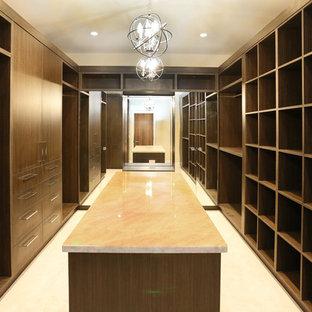 Cette photo montre un très grand dressing asiatique neutre avec un placard sans porte, des portes de placard en bois sombre et moquette.