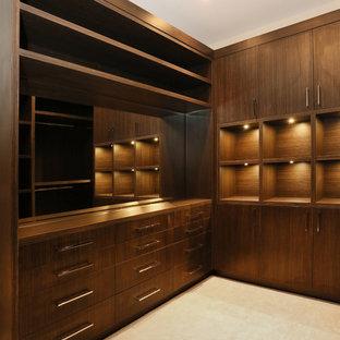 Imagen de armario vestidor de hombre, de estilo zen, extra grande, con armarios abiertos, puertas de armario de madera en tonos medios y moqueta
