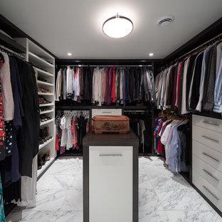Esempio di una grande cabina armadio unisex chic con nessun'anta e pavimento in marmo