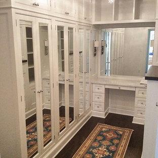 Ejemplo de armario y vestidor clásico renovado con armarios con rebordes decorativos y puertas de armario blancas