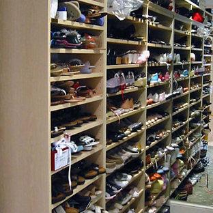 Inspiration för ett stort vintage walk-in-closet för kvinnor, med skåp i ljust trä, heltäckningsmatta och grönt golv