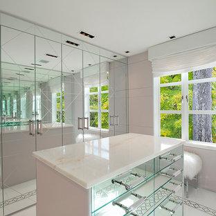 Exemple d'un petit dressing room tendance pour une femme avec un sol en carrelage de céramique.