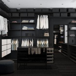 Ejemplo de armario vestidor unisex, minimalista, con puertas de armario negras, suelo de baldosas de cerámica y suelo negro