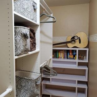 Diseño de armario vestidor unisex, marinero, pequeño, con armarios abiertos, puertas de armario blancas, suelo laminado y suelo naranja