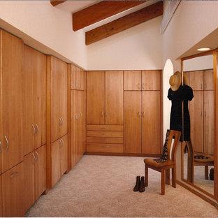 Diseño de armario vestidor unisex, de estilo americano, grande, con puertas de armario de madera clara, armarios con paneles lisos, moqueta y suelo beige