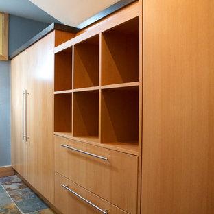 Foto de armario unisex, bohemio, de tamaño medio, con armarios con paneles lisos, puertas de armario de madera clara y suelo de pizarra