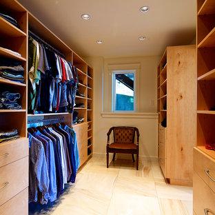 Modern inredning av ett stort walk-in-closet för könsneutrala, med släta luckor, skåp i ljust trä och marmorgolv