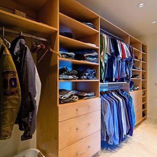 Idee per una grande cabina armadio unisex moderna con ante lisce, ante in legno chiaro e pavimento in marmo