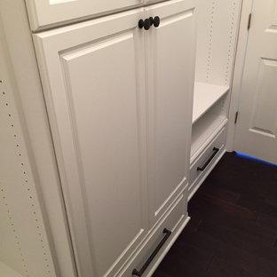 Ispirazione per una piccola cabina armadio unisex chic con ante con bugna sagomata, ante bianche e parquet scuro
