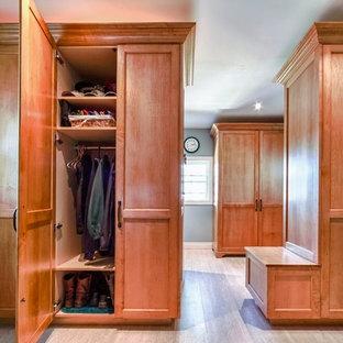 Bild på ett stort vintage walk-in-closet för könsneutrala, med skåp i shakerstil, skåp i mellenmörkt trä och linoleumgolv