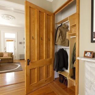 Diseño de armario unisex, bohemio, con suelo de madera en tonos medios