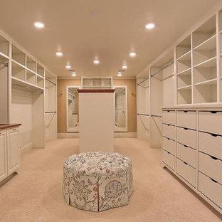 Imagen de armario vestidor unisex, tradicional, grande, con armarios con paneles lisos, puertas de armario blancas, moqueta y suelo beige