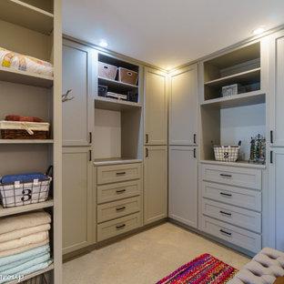 Imagen de armario vestidor unisex, de estilo de casa de campo, de tamaño medio, con armarios estilo shaker, puertas de armario grises, suelo de cemento y suelo gris