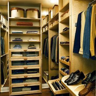 Diseño de armario vestidor de hombre, actual, con armarios abiertos y puertas de armario de madera clara