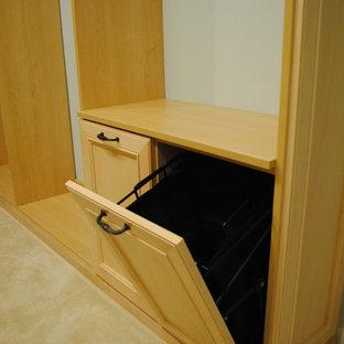 Foto de armario vestidor unisex, clásico renovado, grande, con armarios con paneles empotrados, puertas de armario de madera clara y moqueta