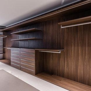 Неиссякаемый источник вдохновения для домашнего уюта: большая гардеробная комната унисекс в современном стиле с плоскими фасадами, светлыми деревянными фасадами, полом из керамической плитки и бежевым полом