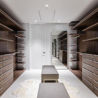 Inspiration för ett stort funkis walk-in-closet för könsneutrala, med släta luckor, skåp i ljust trä, klinkergolv i keramik och beiget golv