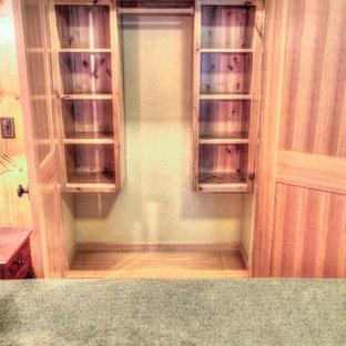 Foto de armario unisex, rústico, de tamaño medio, con puertas de armario de madera clara y suelo de madera clara