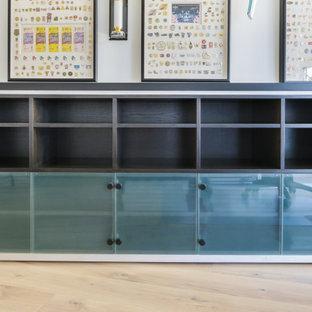 Diseño de armario y vestidor moderno, pequeño, con armarios tipo vitrina y puertas de armario de madera oscura