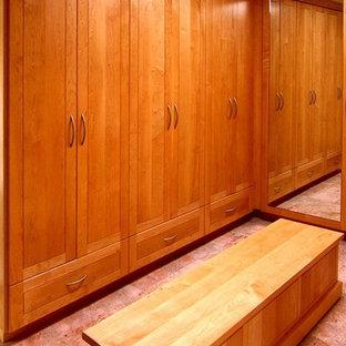 Ejemplo de vestidor de hombre, contemporáneo, extra grande, con armarios con paneles lisos, puertas de armario de madera oscura y suelo de mármol