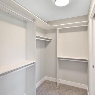 Diseño de armario vestidor unisex, de estilo americano, pequeño, con armarios abiertos, puertas de armario blancas, moqueta y suelo gris