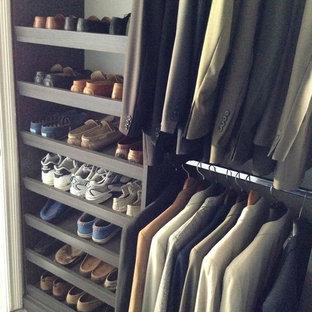 Ejemplo de armario vestidor unisex, moderno, de tamaño medio, con armarios con paneles lisos, puertas de armario grises y suelo de baldosas de porcelana
