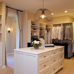 Großer, Neutraler Mediterraner Begehbarer Kleiderschrank mit weißen Schränken, Teppichboden und offenen Schränken in Los Angeles