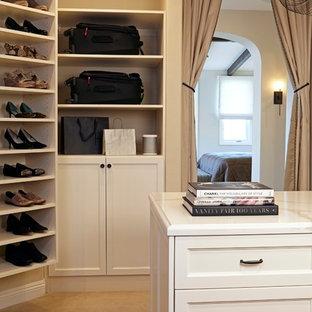 Modelo de armario vestidor unisex, mediterráneo, grande, con armarios con paneles empotrados, puertas de armario blancas y moqueta