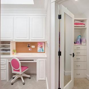 Diseño de armario vestidor de mujer, marinero, de tamaño medio, con armarios con paneles con relieve, puertas de armario blancas y moqueta