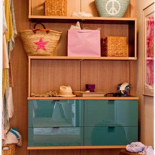 Modelo de armario y vestidor unisex, actual, con armarios con paneles lisos y puertas de armario azules
