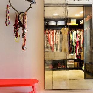 Diseño de vestidor de mujer, bohemio, grande, con armarios abiertos
