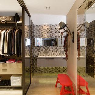 Imagen de armario vestidor unisex, mediterráneo, de tamaño medio, con armarios con paneles lisos, puertas de armario de madera clara y suelo de baldosas de cerámica