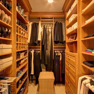Foto de armario vestidor unisex, tradicional, de tamaño medio, con armarios abiertos, puertas de armario de madera clara, moqueta y suelo beige