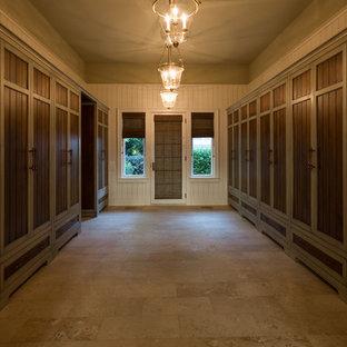 Imagen de armario vestidor unisex, tradicional, extra grande, con suelo de piedra caliza y suelo beige
