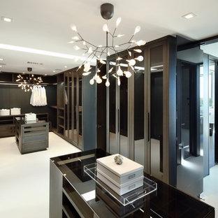 Diseño de armario vestidor unisex, contemporáneo, extra grande, con armarios con paneles lisos, puertas de armario de madera en tonos medios, suelo de baldosas de cerámica y suelo beige