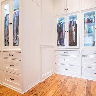 Idee per una cabina armadio unisex stile marinaro di medie dimensioni con ante lisce, ante bianche e pavimento in legno massello medio