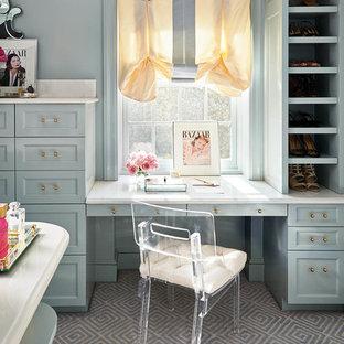 Bild på en stor vintage garderob för kvinnor, med blå skåp, öppna hyllor, heltäckningsmatta och grått golv