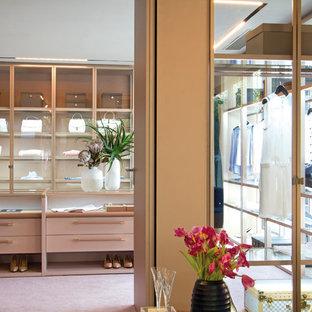 Ispirazione per uno spazio per vestirsi contemporaneo con ante lisce, moquette e pavimento rosa